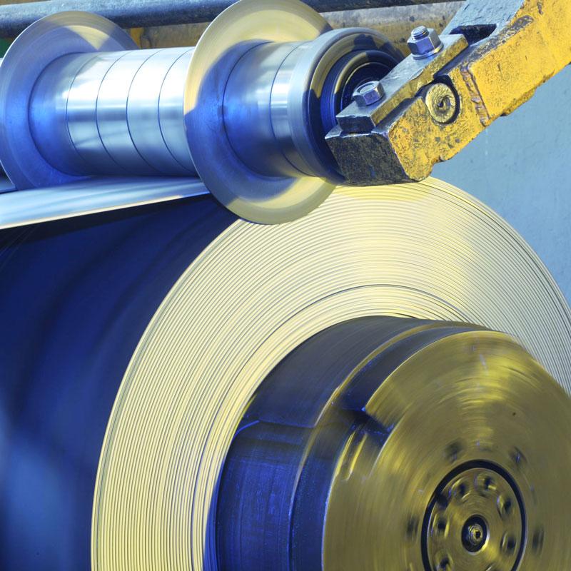 Foto de rollo de acero conformado en frío en máquina de Brausa