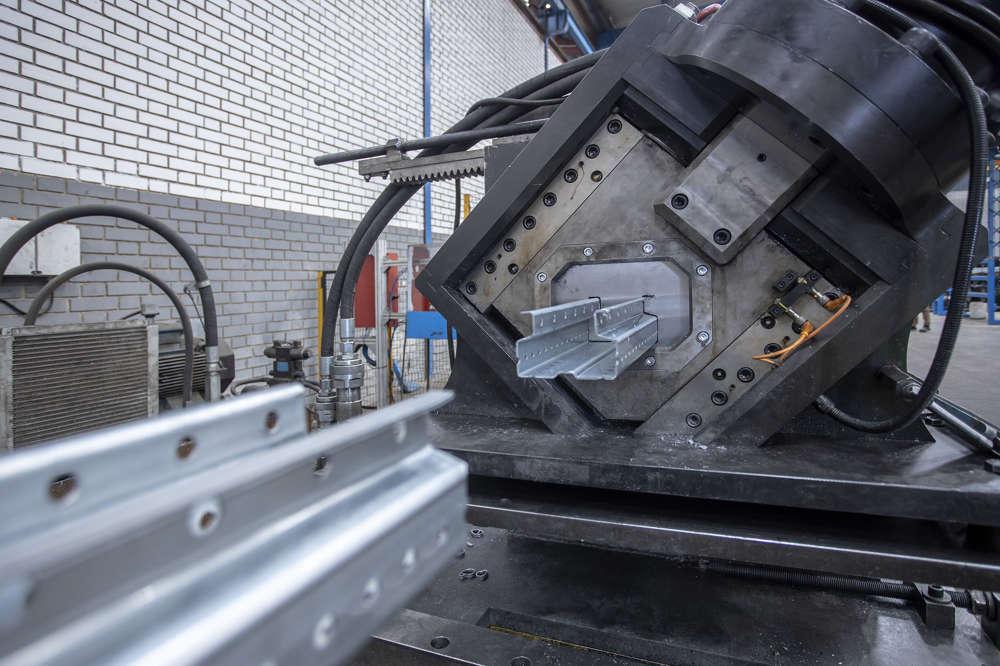 Foto de máquina de producción de perfiles de acero conformados en frío de Brausa