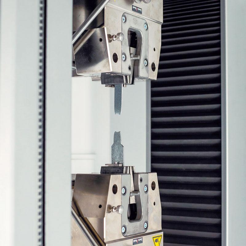 foto de maquina de ensayo de perfiles de acero conformado en frío en Brausa, fabricante de perfiles de acero conformados en frío
