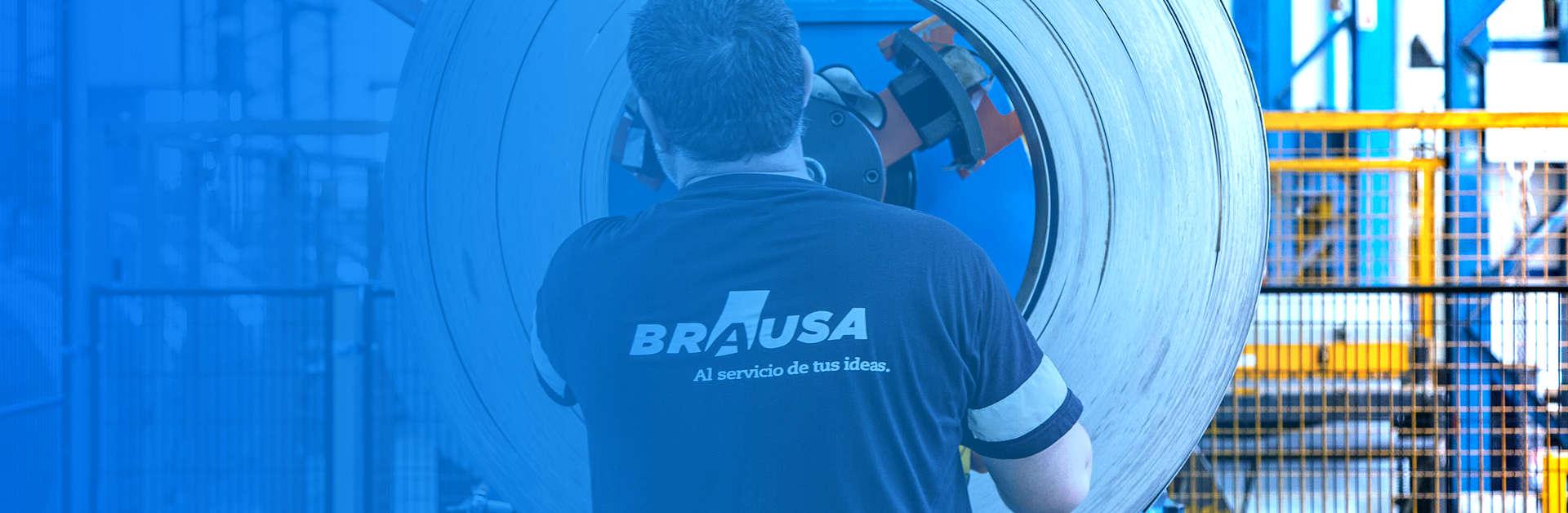 Foto de operario técnico de Brausa manipulando rollo de acero conformado en frío